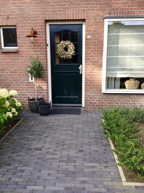 Zwarte voordeur met krans landelijk