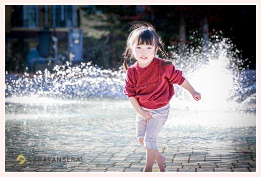 公園の噴水で遊ぶ女の子 裸足 ミササガパーク(愛知県刈谷市)