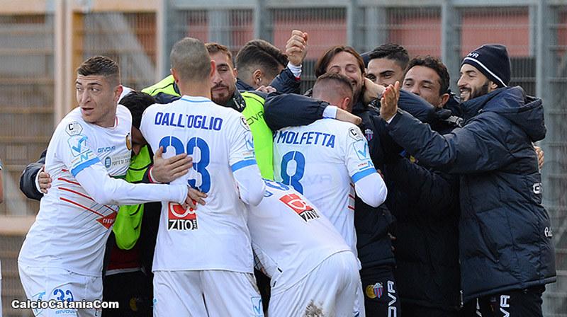 Di Molfetta festeggia dalla squadra dopo il gol