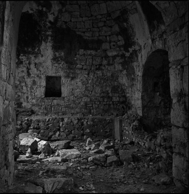 Interior of a decayed trullo. Interno di un trullo in rovina.