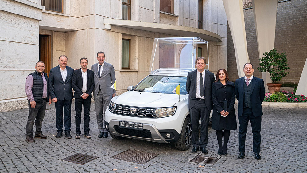groupe_renault_delivers_an_exclusive_dacia_to_pope_francis_1