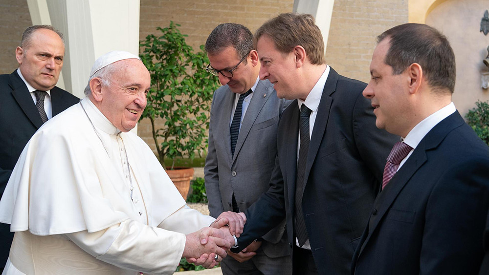 groupe_renault_delivers_an_exclusive_dacia_to_pope_francis_4