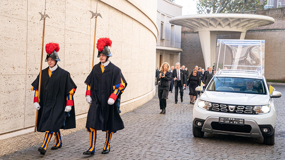 groupe_renault_delivers_an_exclusive_dacia_to_pope_francis_2