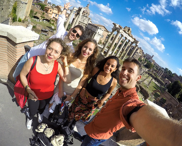 Todos en el mirador del Campidoglio con vistas al foro de Roma