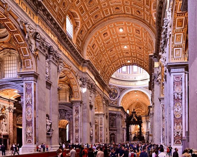Interior de la Basílica del Vaticano en Roma