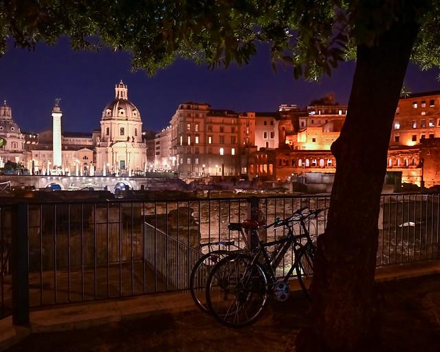 Basílica Ulpia y el foro imperial de noche