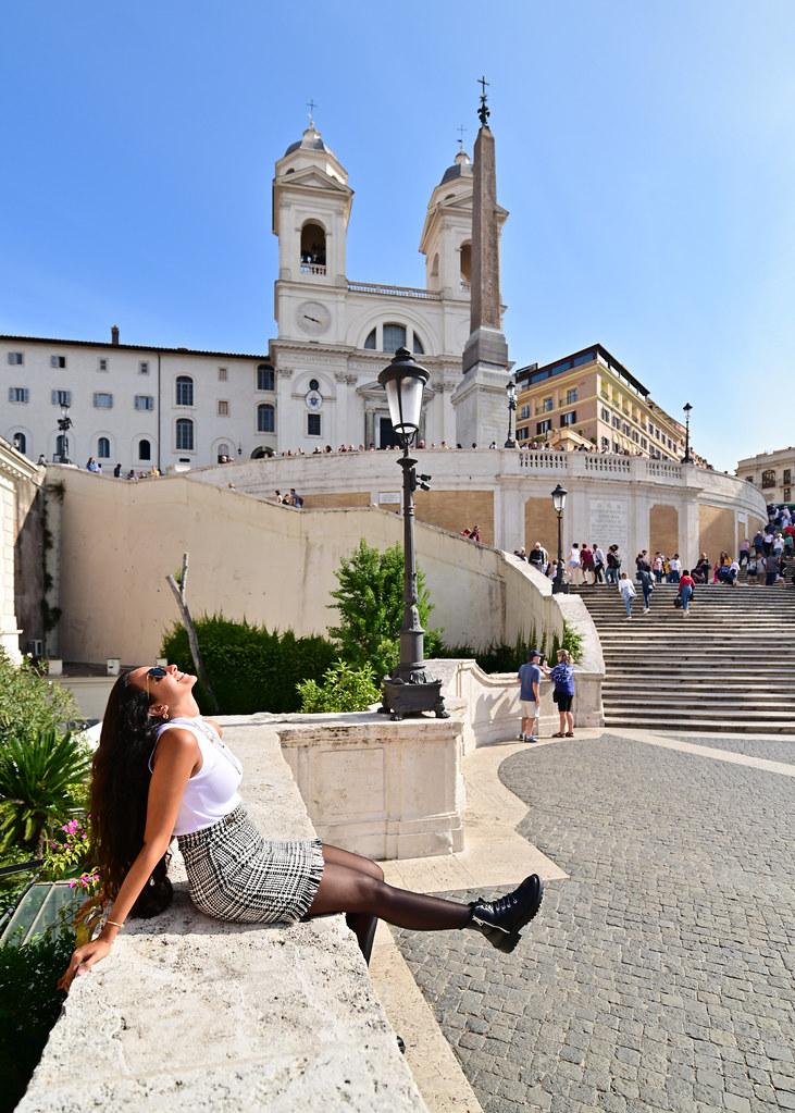 Escalinata de la Trinidad de Roma con la iglesia de la Trinidad al fondo