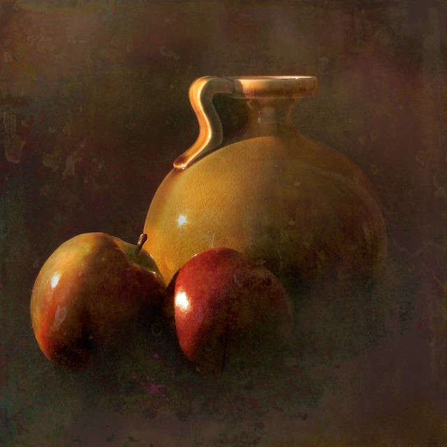 Vase and two apples