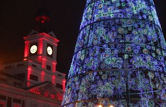 La Comunidad de Madrid tiñe de rojo la fachada de la Real Casa de Correos con motivo del Día Mundial del Sida