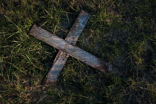 Abgebrochener Holzkreuz auf einem Friedhof