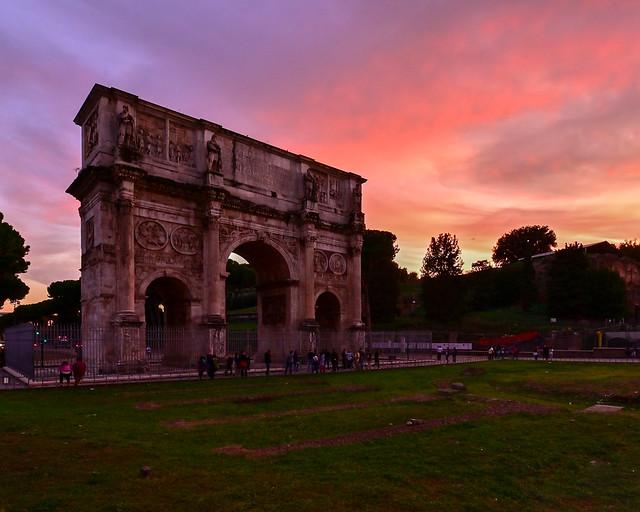 Atardecer en la piazza del Coliseo de Roma