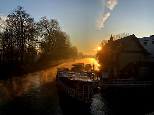 oxfordshire oxford follybridge iphone8 sunrise thamesriver boat england greatbritain sun