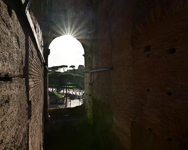 Cae el sol en el coliseo de Roma