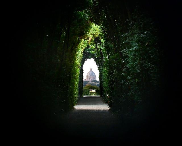 La cúpula de San Pedro vista desde la Cerradura de Roma y los caballeros de Malta