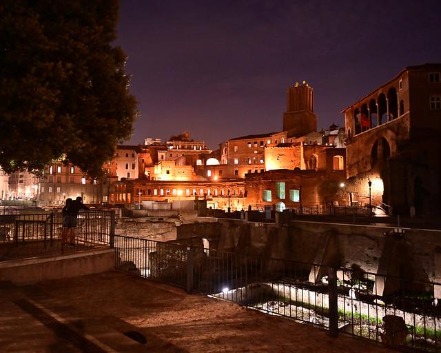 Vistas del foro imperial de noche en Roma