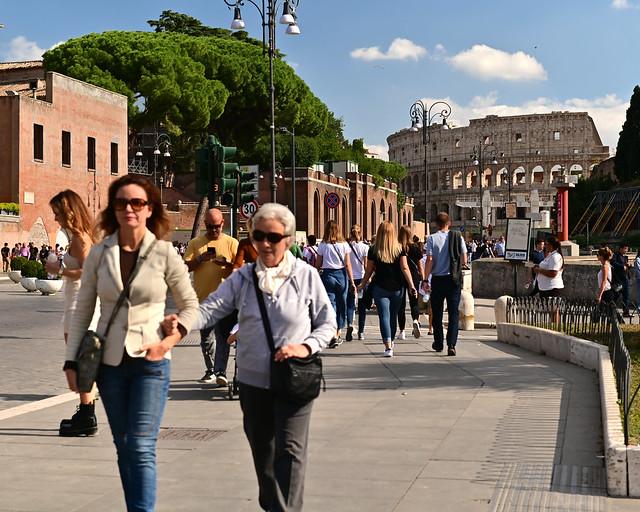 Camino al Coliseo por la Via dei Fori Imperiale