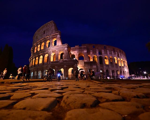 Coliseo de Roma illuminado de noche