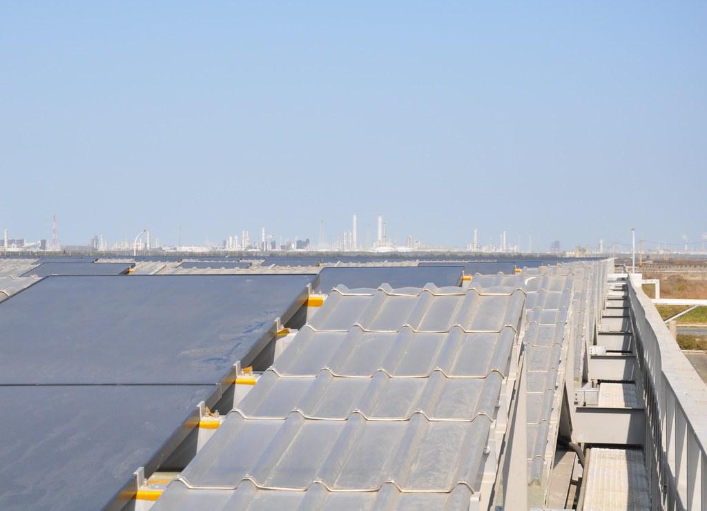 棚架式太陽能板留有工作走道方便清洗,同時也可蒐集雨水。孫文臨攝