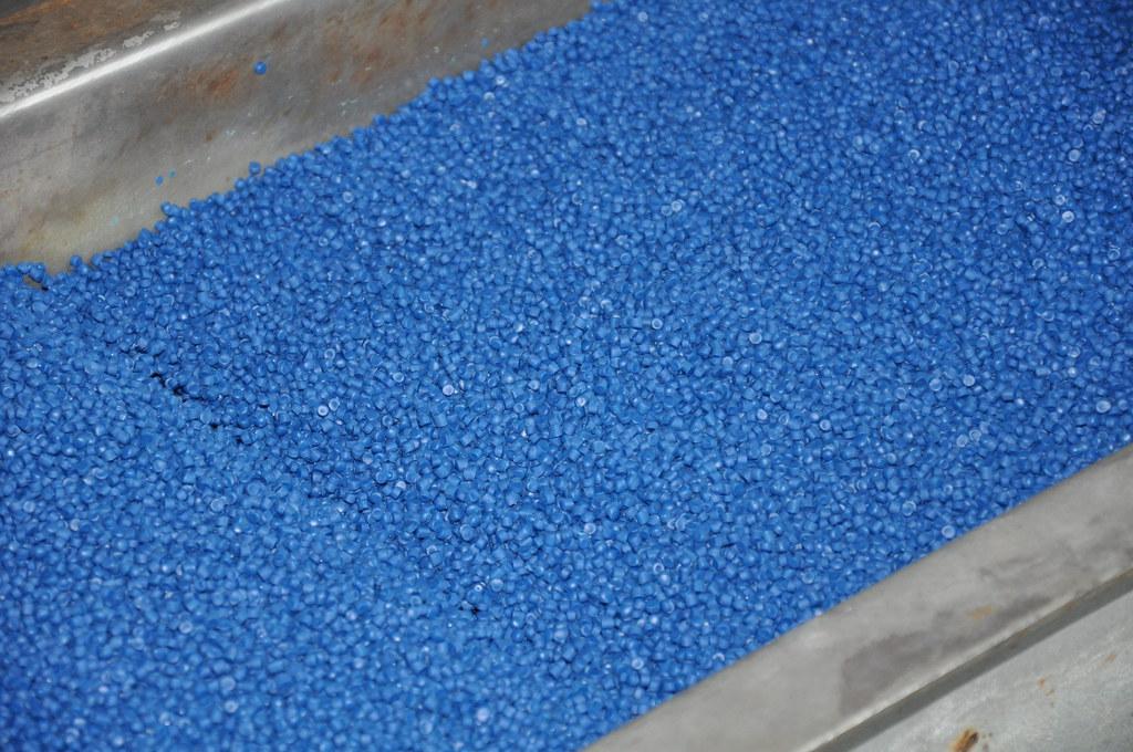 小小的塑膠粒子,價格便宜且用途廣泛,卻也造成環境污染。孫文臨攝
