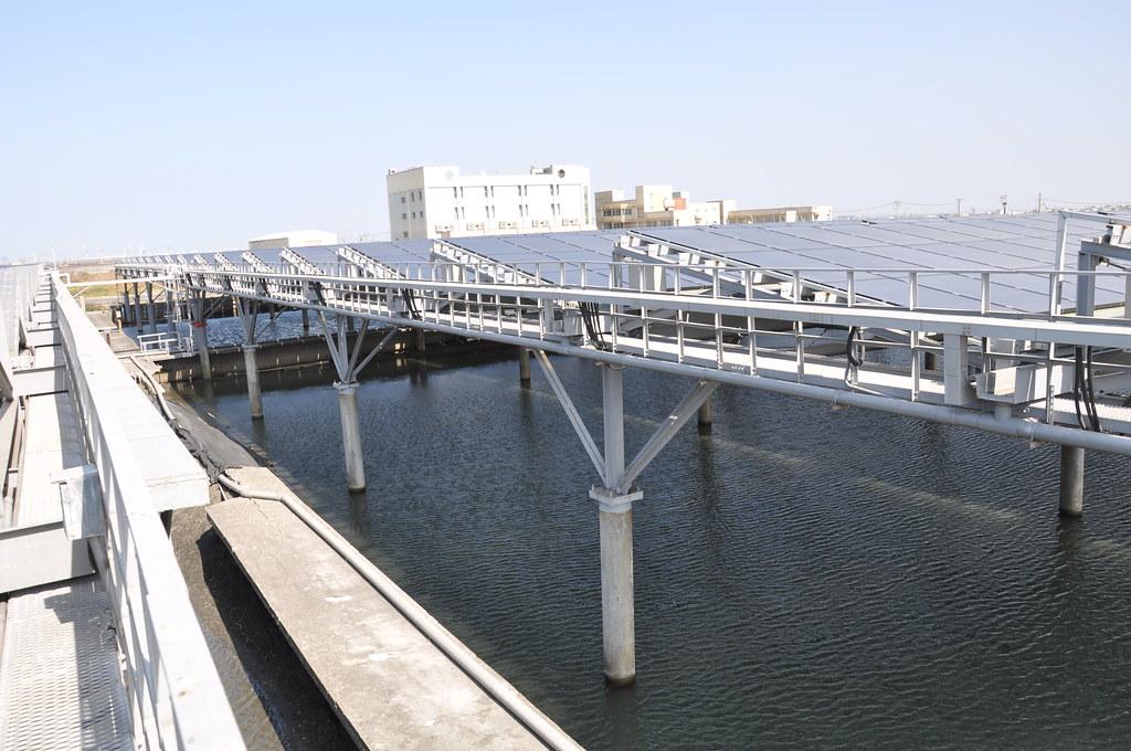 棚架式太陽能板有近兩層樓高,可供漁民養殖作業。孫文臨攝