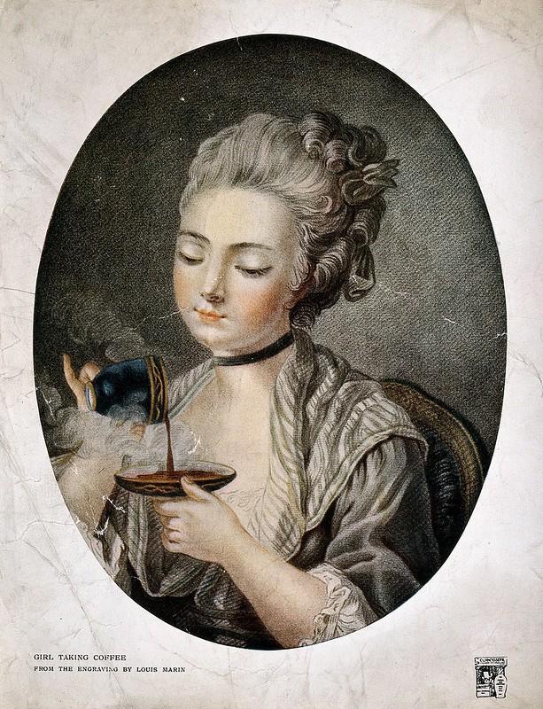 Một cô gái rót cà phê từ cốc vào đĩa