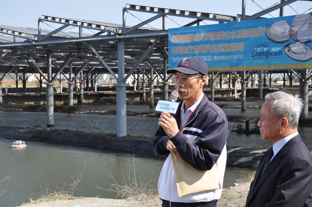 水試所海水繁養殖研究中心主任葉信利與向陽優能董事長陳貴光共同說明創育中心合作方式。孫文臨攝