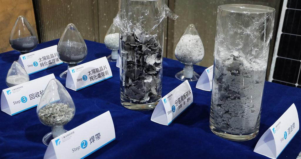 傳統太陽能板膠合緊密,除鋁框外,其餘只能打碎(右)再分選分類回收(左)。攝影:陳文姿
