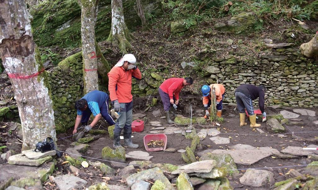 重建佳心石板屋,族人與中研院史語所考古團隊,進行清理地表植被及測繪的工作。圖片提供:健行文化