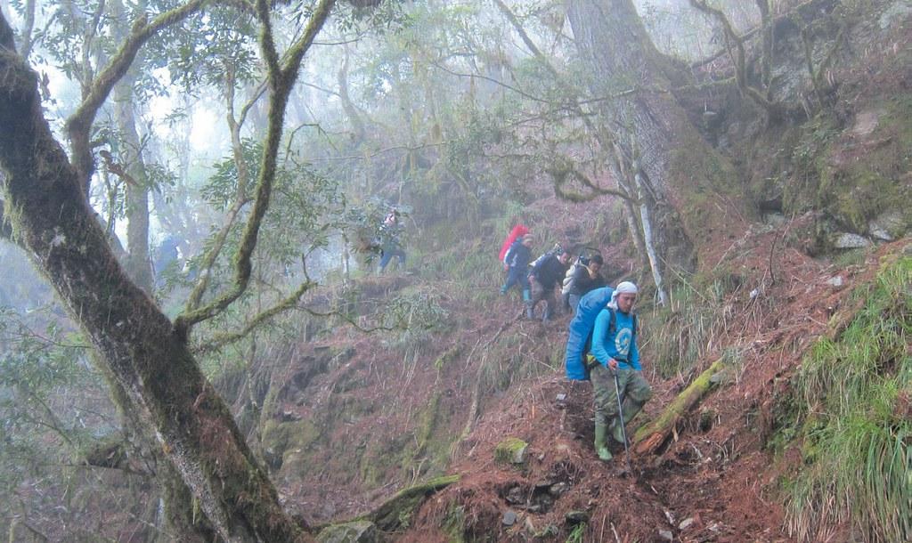 探訪清古道之行,一條從此改變布農人傳統生活的道路,林淵源大哥為了讓後輩都能學習走路,輪流由其他隊員帶路。圖片提供:健行文化