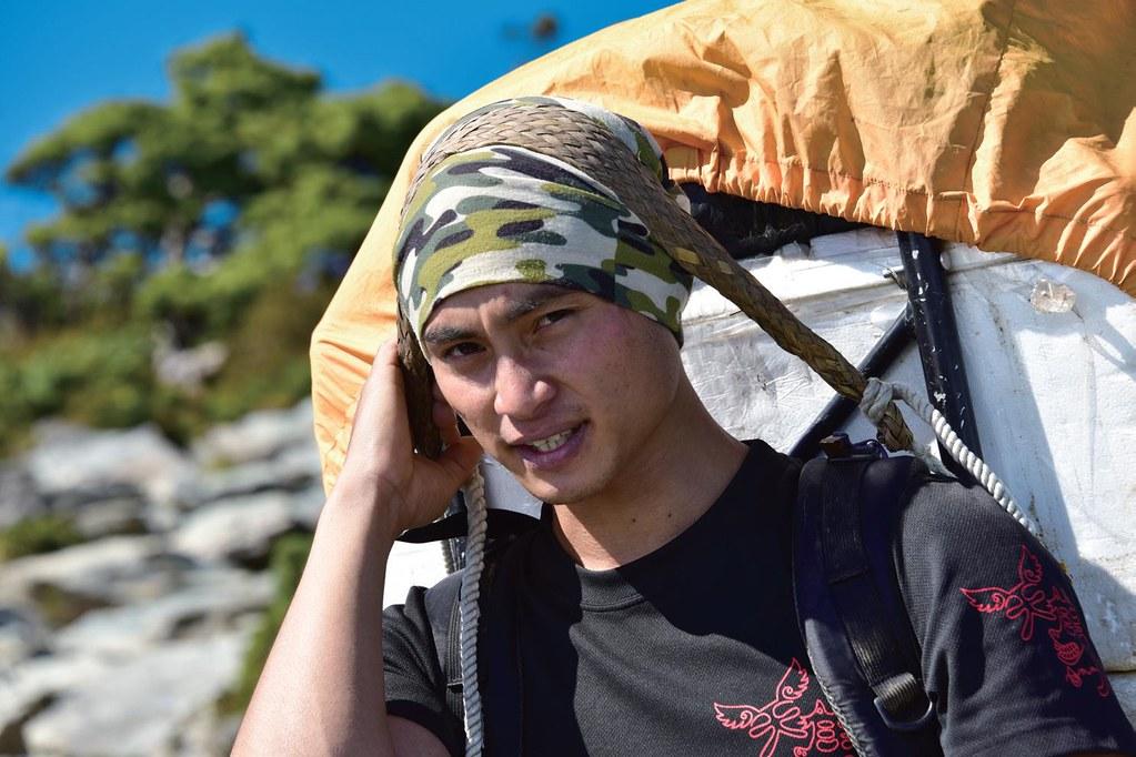傳統藤編織成的頭帶,頭帶使用的位置其實不在前額處,而是在頭頂前三分之一靠近前額處,使用時頸椎一定要呈一直線,不可以抬頭仰望,圖為阿美族高山協作員周平成(Lo'oh Sako)。圖片提供:健行文化
