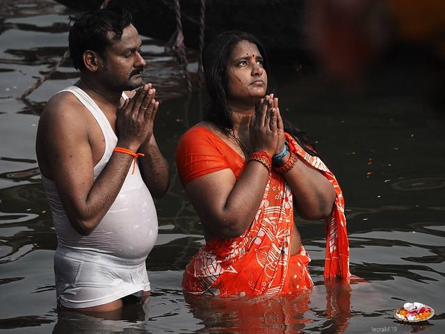 India, la vida a orillas del Ganges. (Aunque pueda parecer lo contrario, no es un posado.)