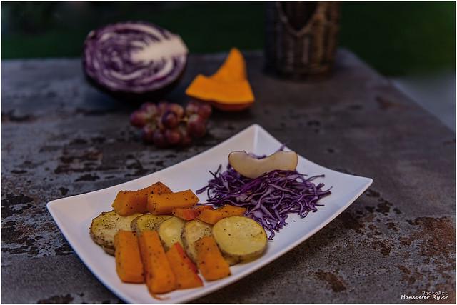 Ofen Kartoffeln, Kürbis und Rotkraut und Apfel Salat