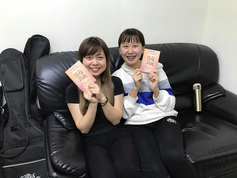 謝芳茵(右)與邱奕錡(左)接受師大青年的訪問。圖/曾韻攝