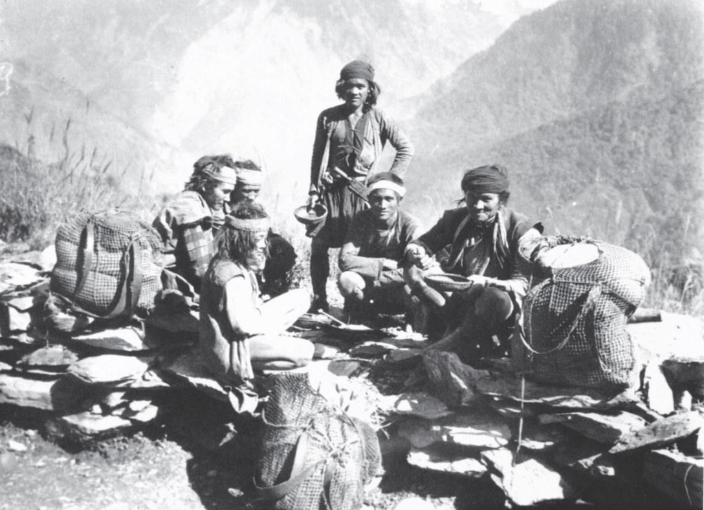 日治時期布農族獵人們所持有的網袋都裝有頭帶,圖片來源:瀨川孝吉,2009,〈台灣原住民族影像誌:布農族篇〉,圖片提供:健行文化