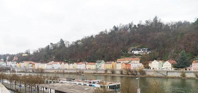 Häuser gegenüber der Donau