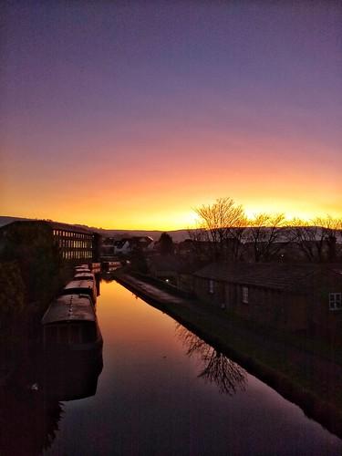 snapseed motorola motog6 g6 silsden cobbydale leeds liverpool canal sunrise dawn beautiful sky trees reflection barge narrowboat wet reflections scenery