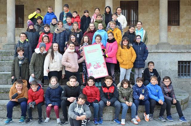 Alumnos del CEIP Francisco de Vitoria han presenciado el despliegue de la lona de la campaña 'Este comercio tiene magia'.