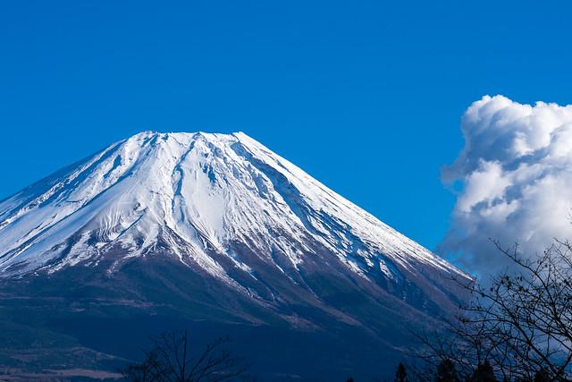 峠を下って貯水池手前・・・富士山は雲に隠れそうです