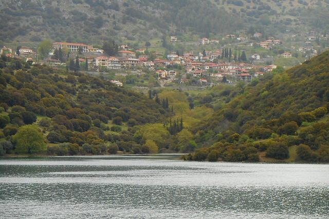 Κρυμμένοι πίσω από τη λίμνη / Hidden behind the lake