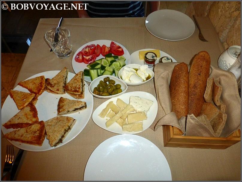 חלק מארוחת הבוקר ב-מבצר המלך (Chateau du Roi) ב- כפר מעיליא