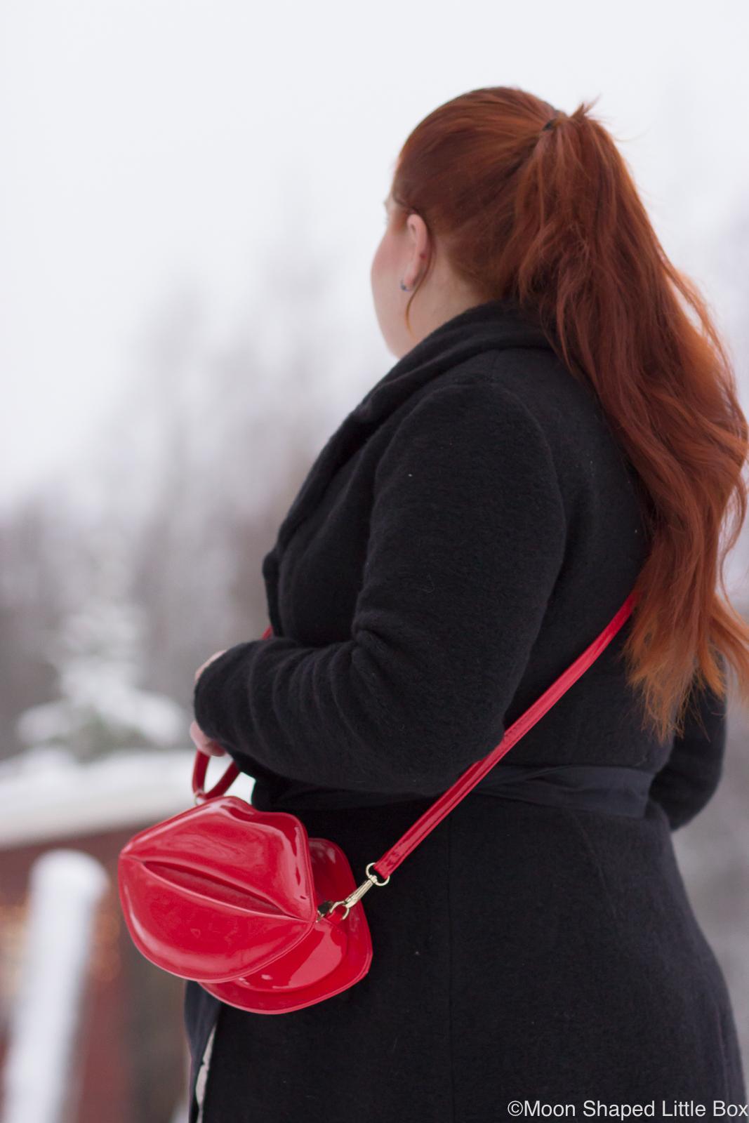 Musta-villakangastakki-ja-punainen-laukku