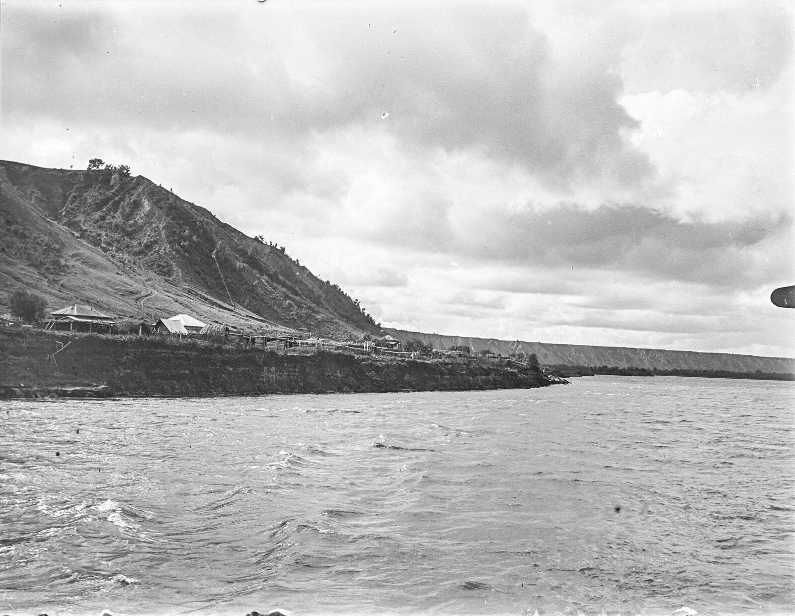 13. Вид с парохода на деревню на берегу Оби