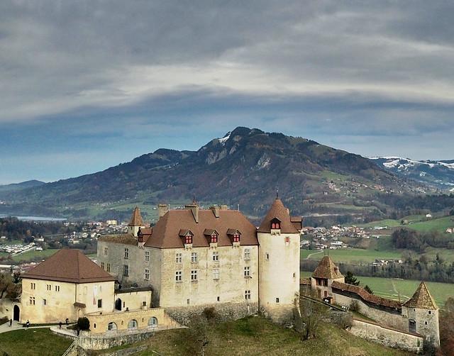 Nouvelle vue aérienne sur le beau Château de Gruyères (Canton de Fribourg - CH)