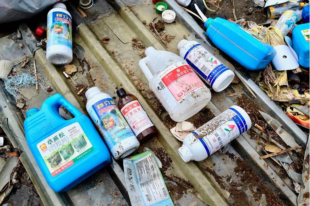 山區田間棄置的各種農藥瓶罐(攝影/蔡佳珊)