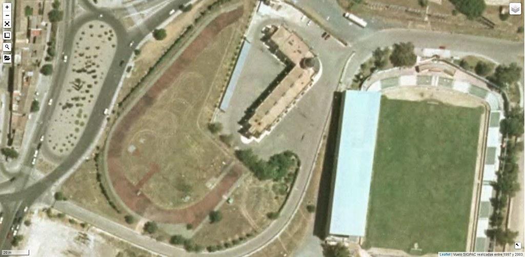 Imagen aérea entre 1997 y 2003 de la zona del Salto del Caballo con los restos de la pista de atletismo aún visibles junto al parque de bomberos