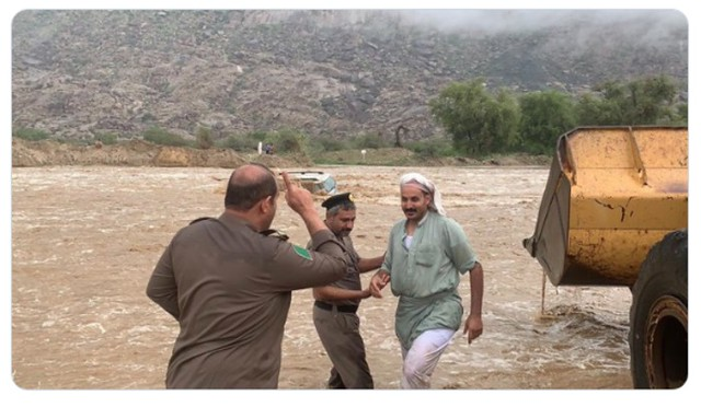 5473 A man risked his life to save people in flood 01