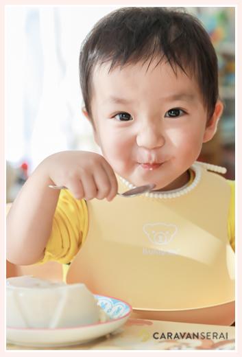 牛乳寒天を食べて満面の笑みの男の子