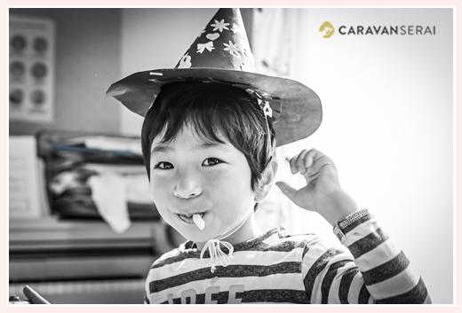 紙でできた帽子をかぶる男の子 モノクロ写真