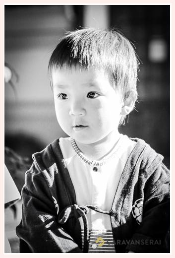 羽織袴風のロンパースを着た男の子