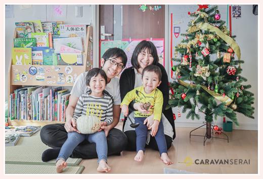 クリスマスツリーの前で家族写真 年賀状用 出張撮影カメラマン